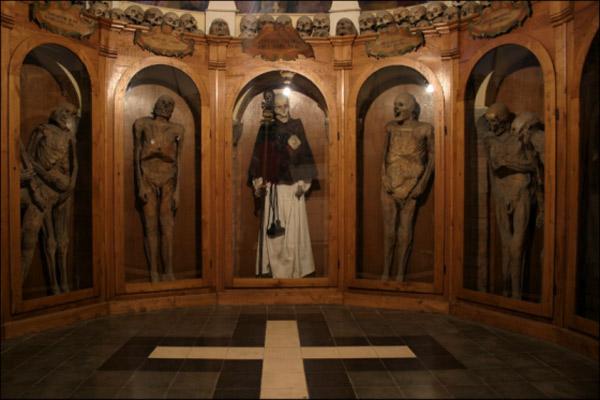 Италия, Урбания. Природные мумии