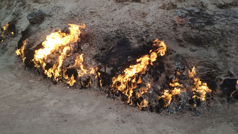 Природный вечный огонь на горе Янардаг