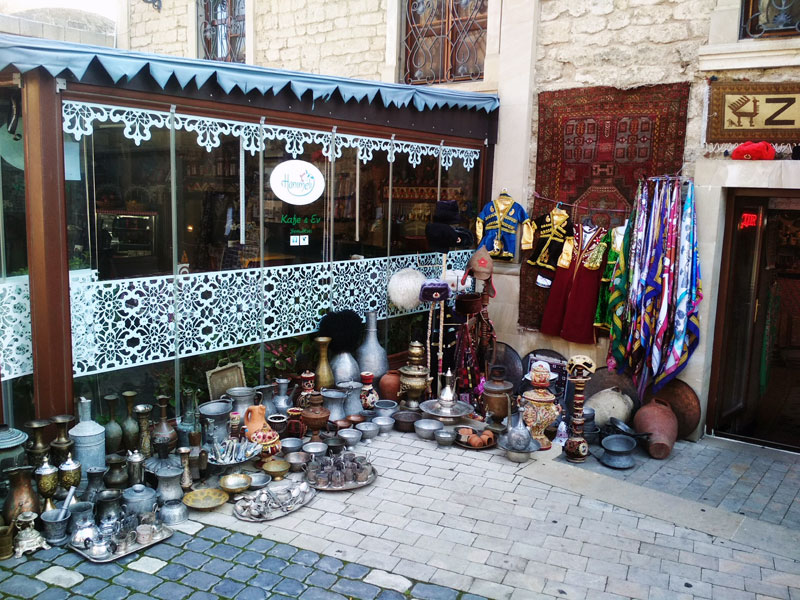 На улицах Ичери Шехер - Старого города Баку